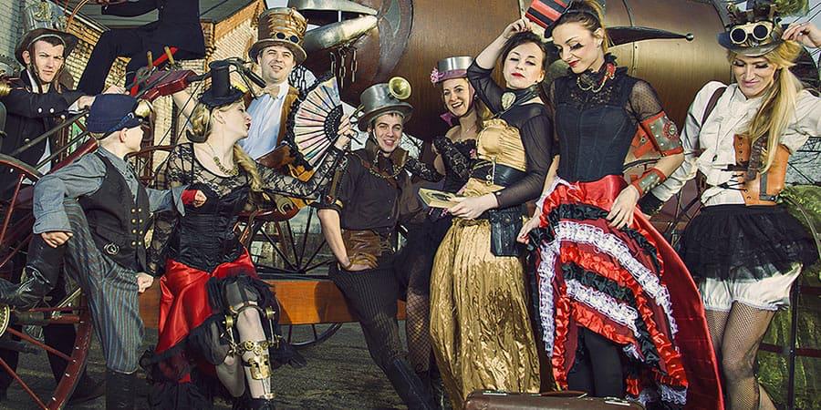 Riempi il tuo guardaroba di personalità in stile vittoriano. Una varietà incredibile di abiti steampunk a prezzi ancora più incredibili.