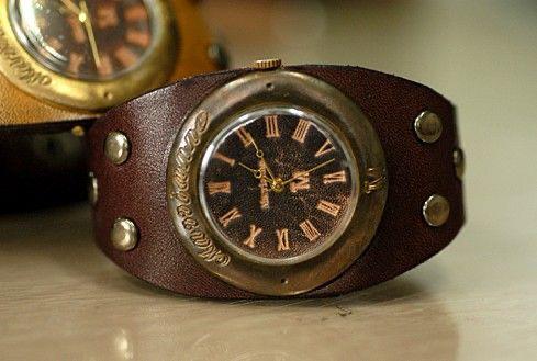 Dicono che il tempo è denaro, controlla il tempo come farebbe Sherlock Holmes. Gli orologi steampunk più precisi ed economici in stile retrò.