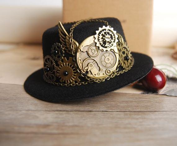 Per uomini o donne, cappelli steampunk a cilindro o bombe piene di gadget. Crea la tua collezione per ogni occasione.