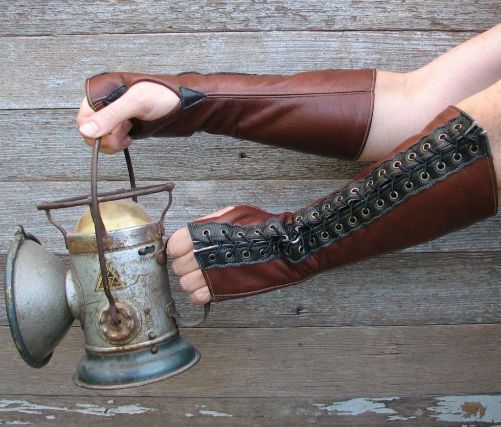 Proteggete le vostre mani dimostrando la vostra personalità. Guanti steampunk con dita tagliate o intere, ma soprattutto in grande stile.